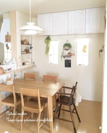 ナチュラルでおしゃれな板壁風の吊り戸棚に。お部屋が明るい雰囲気になりますね。
