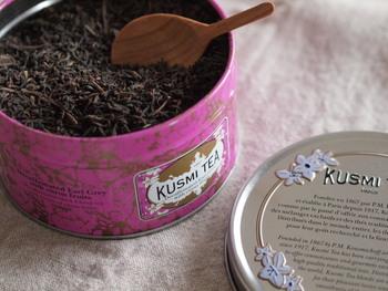 かわいらしいパッケージ缶が人気の「クスミティー」。茶葉そのものはもちろんのこと、健康や美容をふまえたウェルネスティーのラインナップも他にはない魅力です。