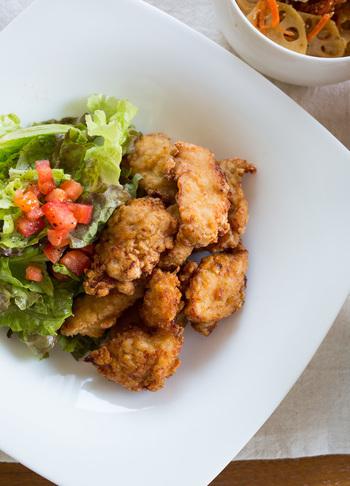 パサつきやすい鶏むね肉も、塩麹の調味液に漬け込むことで、しっとりした味わいに。もも肉よりもカロリー控えめでヘルシーです。