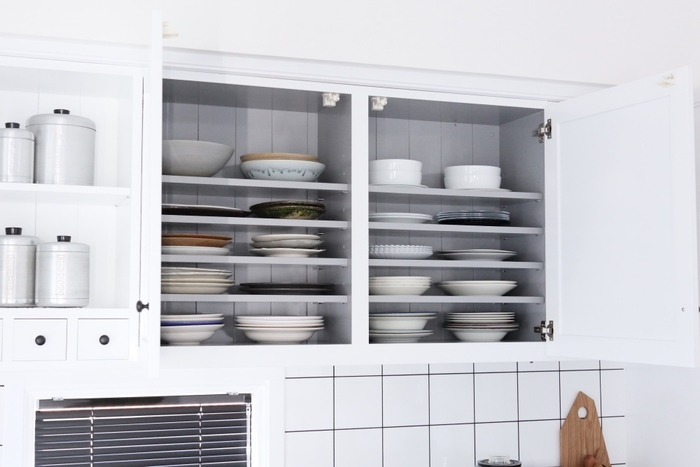 まるでディスプレイしているかのように食器が映える吊り戸棚の収納。右側は洋食器、左側は作家ものの器と分けているとか。食器を選ぶのも楽しくなりそうですね。