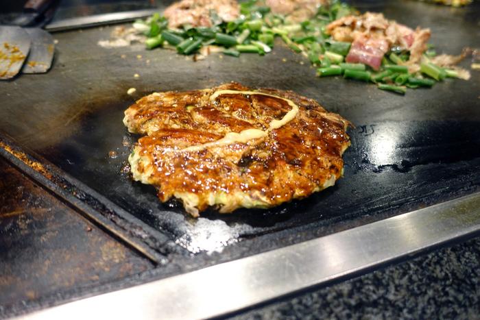 こちらの「美津の」では、「山芋焼」が一番人気。中には豚肉と貝柱、イカなどの海鮮類が入っています。他のお好み焼きと違って山芋100%の生地で、ふわふわとしているのが特徴。一口食べれば、そのふわふわの食感のトリコになってしまいます。また、生地に、小麦粉を使用せずに山芋だけを使用しているため、ヘルシーで女性客からの人気が高いメニューです。