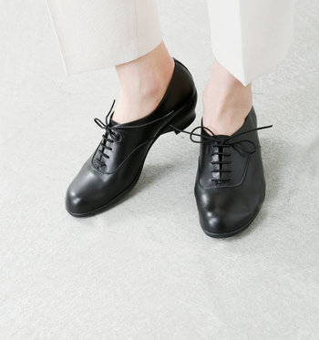 """「chausser」のデザインコンセプトは""""ずっと愛着を持てる靴""""。ハンドメイドから生まれる温かみのある靴が特徴です。トラベルシューズのシリーズは、軽量や履き心地にこだわった、その名のとおり旅行にぴったりのデザインが並びます。 こちらの靴は、レザーレースアップウエッジソールシューズ。マニッシュなデザインながら女性らしい丸みもある、素敵な1足になっています。"""