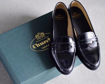 """1873年創業のイギリスの老舗シューブランドの「Church's」。""""英国の良心""""とも呼ばれ、正統派の英国靴として不動の地位を確立している名ブランドです。 こちらは、フラットレザーローファーのKARA。クラシカルな品格漂う1足で、履く度に馴染んでいきます。可愛く着こなしても◎、マニッシュにまとめても◎。"""