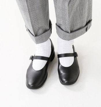 甲のストラップがフェミニンな印象のワンストラップレザーシューズ。革表面に防水加工を施しているので、ちょっとした雨の日の外出も大丈夫です。インソールに低反発特殊ウレタンを使っていて、スニーカーのような履き心地も特徴。カラーは、白・黒・グレー・黒×白(ソール部分)の4色で、ご自身のお手持ちのお洋服に合う色味を選べます。