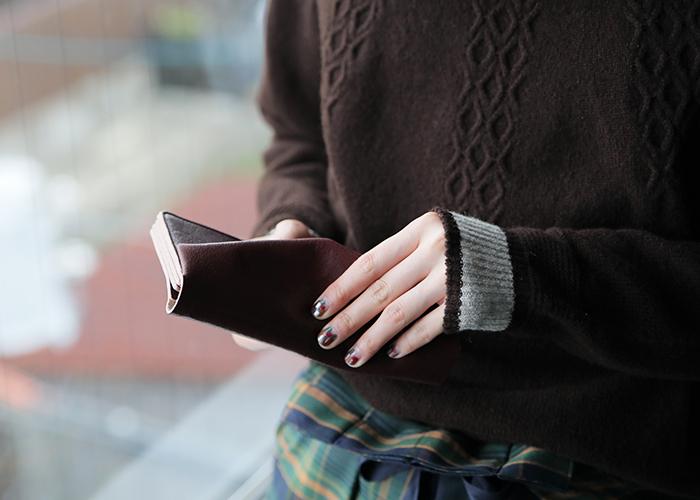 ⻑財布は、お札を折り曲げることなく、スッと美しく扱えたりと、上品なお金の扱い方ができるのも、大きな魅力。30代を迎えた大人女性の方において、とりわけ人気がある財布のタイプでもあります。  様々なブランド・作家さん、日本製も幅広く取り上げましたので、ぜひ、あなたにとって特別な一点を見つけてみてくださいね。