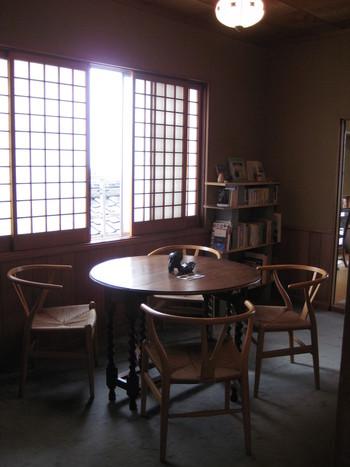 私が行った時は座敷にこちらのテーブルが設置され、ここはギャラリースペースになっていました。和の空間にあえて海外アンティーク物のカフェテーブルセットを取り入れるところもセンスを感じますね。