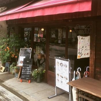 赤いオーニングが目印の、「Cafe 結+1 (カフェユイプラスワン)」は水郡線で行く常陸太田駅の近くにある、鯨が丘商店街にあります。常陸太田市は、住みたい田舎町ランキングにも選ばれている、のどかで優しい町。そんな常陸太田市にたたずむかわいらしいカフェです。