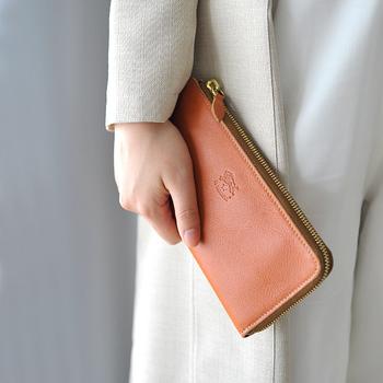 年齢を重ねるにつれて、その年相応の服装を意識しますが、それは、ファッション小物においても同じこと。  ほぼ毎日携帯するお財布、そろそろ大人女性にふさわしいアイテムを見つけてみてはいかがでしょう。  そこで今回おすすめしたいのが、コンパクトな二つ折りよりも、ちょっと大きいサイズ感の「⻑財布」です。