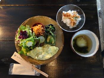 ランチメニューの「お昼ごはん」は、献立が一定期間で変わるそう。料理には野菜がふんだんに使われており、こだわって考えられた凝った料理ばかりなのが魅力的。献立が変わるたびに食べたくなりますよね。 HPで献立なども定期的に公開しているので、ぜひご覧になってみてくださいね。