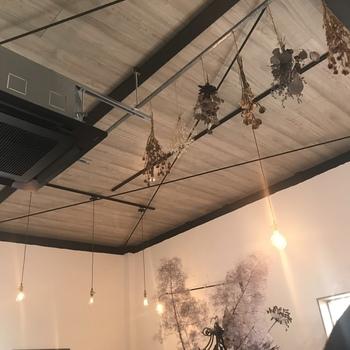 ぜひお店に入ったら、天井も見上げてみてください。テーブルにもいくつかドライフラワーがありましたが、天井にまで吊るされているんです。どこを見ても美しいです。