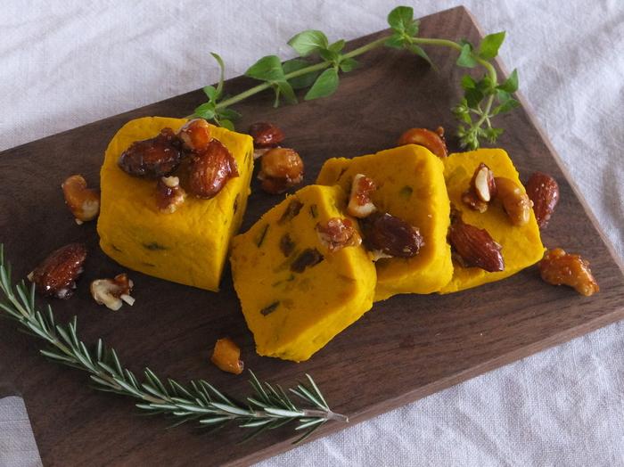 カボチャを使ったヘルシーなデザートテリーヌのレシピ。冷やすとしっかり食感、常温だととろっとやわらかい食感になるので、お好みの加減で頂きましょう。キャラメリゼしたナッツの香ばしさも引き立つ一品です。