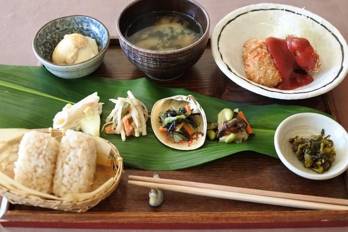 素朴でほっとする味の「田舎定食」が看板メニュー。食欲がない日でも、優しい味わいが箸を進めてくれます。