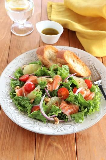 サーモンにグレープフルーツ、くるみも入った栄養満点サラダ!アボカドを加えてもおいしそうですね。ドレッシングはグレープフルーツ果汁で作っているのでビタミンCたっぷりです。