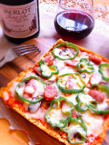 ピザ生地の変わりに油揚げを使ったレシピ。パリパリっとした食感がくせになるおいしさです。およそ5分で出来てしまうのも嬉しいポイント。休日ランチやひとりランチにいかがでしょうか。
