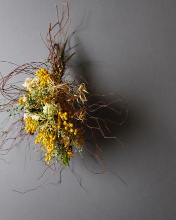 日々の手入れをするのはちょっと大変だな…と思うときは、切花でなくても、スワッグやリース、ハーバリウムを飾ってみませんか。今回は、いろいろなお花や飾り方のご提案をご紹介します。