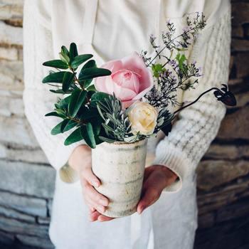 飾るだけでなく、活けるのも切花の魅力です。主役の花を中心に、ご自分で活けてみるのも楽しいですよ。活けるバランスが難しいと思っても、お部屋に置いてみると案外馴染むこともあります。ぜひチャレンジしてみて。