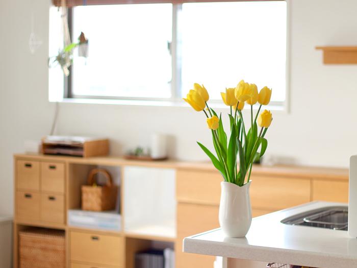 季節に合わせて花を選ぶのも素敵ですが、チューリップやバラなど人気の高い花は、季節を問わず置いてある花屋さんが多いので、お好きな「色」で選んでお花を飾ってみてはいかがでしょう。明るい色のお花は、お部屋を華やかにしてくれます。インテリアのアクセントにもなりそうですね。