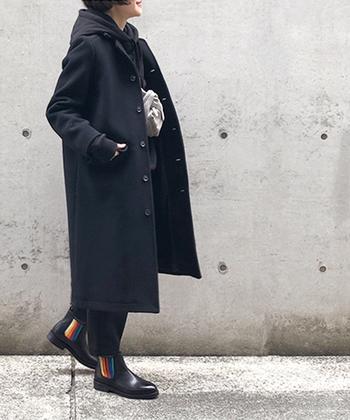 どんなアイテムにも合わせやすいブラックのチェスターコート。思いっきりスポーティーに楽しみたい方は同じくブラックのパーカーをチョイス。足元にも遊び心のあるサイドゴアを合わせればイギリスの少年のような小粋なブラックコーデが完成します。