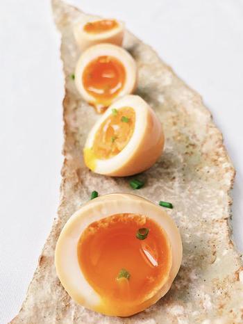 八方だしをお水で割って、半熟ゆで卵をちゃぷんと漬けておくだけで驚くほど美味しく優しいだしの効いた味玉が完成します。じんわり染み渡る旨味を是非体感してみてくださいね。