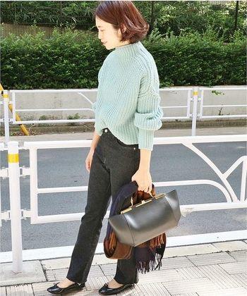 洗練された印象のハイネックニットには、バレエシューズとかっちりバッグを合わせて綺麗めに。ざっくりニット+パンツであっても女性らしいコーデに仕上がります。