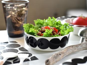 モダンな雰囲気が漂う黒のドットのボウルは「マリメッコ」の「SIIRTOLAPUUTARHA(シールトラプータルハ)」シリーズのもの。サラダやスープを入れるのにちょうどいい大きさです。モノトーンの器は、サラダのグリーンも引き立ちますね。オーブンやレンジにも使えるので使い勝手が良く、幅広い料理で活躍してくれそうです。