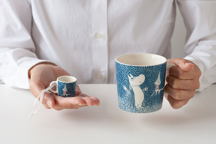 「アラビア」の中でも人気のムーミンのマグカップ。こちらは2018年冬季限定のデザインです。冬眠しているはずのムーミンがはじめて雪を見た瞬間を描かれていて、ムーミン好きにはたまらない逸品。別売りの手のひらサイズのミニマグは、ミルクピッチャーにぴったり!お砂糖を入れてもいいですし、オーナメントとして使うことも出来ます。