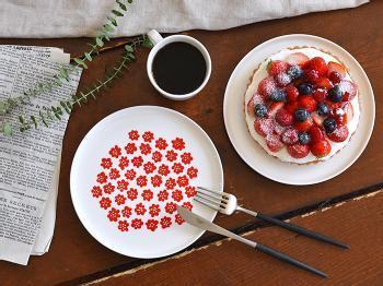 「マリメッコ」の可愛らしいブーケのデザイン「PUKETTI(プケッティ)」食器シリーズのレッドカラーは、日本限定色です。白×赤の配色が日本国旗を思わせるような色合いで、和食にも最適。もちろんパーティシーンにも大活躍します。