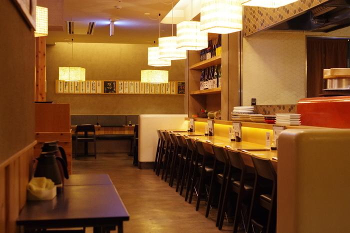 """JR博多シティ内のシティダイニング『くうてん』の9Fにある「ごはん家 椒房庵」は、行列のできる人気和食店。""""炊き立てごはんと酒に合うメニュー""""をコンセプトにした、料理人が丁寧に作り上げる家庭料理がいただけます。温かな照明が心地よく、一人はもちろん、予約すれば6名様までの個室も利用できます◎"""