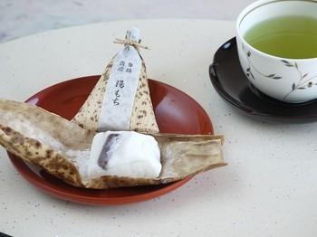"""こちらが""""湯もち""""。国産もち米の白玉粉で作られたおもちは、ふわふわのマシュマロのようなやさらかさ。口に入れると柚子の香りがふわっと漂い、さらに羊羹の食感も相まって、クセになる独特の味わいに。箱根に来たら必ず湯もちを食べたい、と言う人も多いそうです。"""