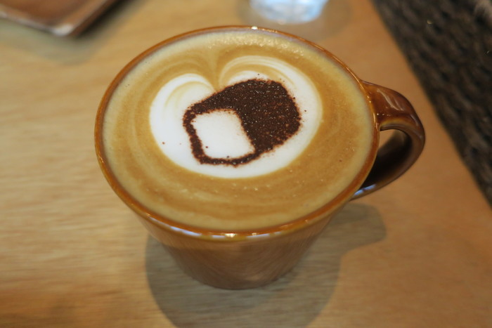「カフェ・クレーム」や「ジンジャーシナモンラテ」などドリンクの種類も豊富。カフェラテには、むつか堂のロゴの食パンのラテアートが…!パン好きならずとも嬉しくなってしまう可愛さです♪