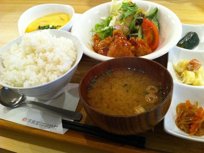 大人気の日替わりランチは、メイン・小鉢・汁物・ごはんがついてリーズナブル!ボリュームと栄養バランスのよさも魅力です。