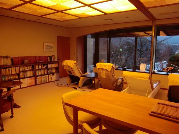 リラクゼーションルームには蔵書があり、箱根ゆかりの作品をはじめ、1400冊もの本が置かれています。マッサージチェアで身体をほぐしてもよし、本を片手にゆっくりとした時間を過ごしてもよし。寛ぎの時間を過ごせます。