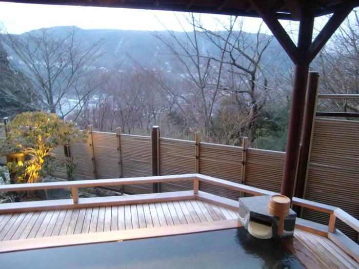 大浴場の露天風呂から眺める芦ノ湖は絶景。柔らかい単純硫黄泉の湯で身体の芯からあたたまります。他にも貸切のお風呂があり、そちらは温泉ではなく湧き出る天然水を使用しているそう。お子さんや妊婦の方にも安心です。