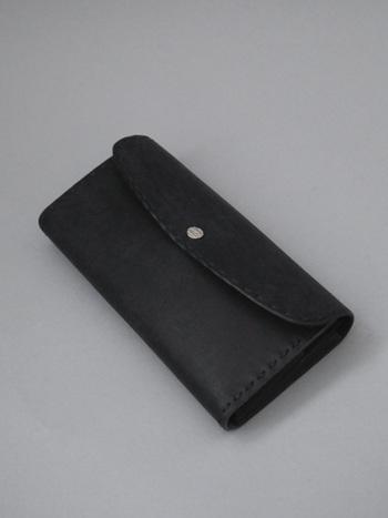 岡山県の工房でつくられる、革の鞄・小物ブランドの「Dove&Olive(ダブ&オリーブ)」。ステッチなど、美しい手仕事の技が息づいています。