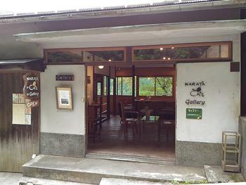 宮ノ下駅そばにある「NARAYA CAFE」は箱根で人気のカフェ。以前あった「奈良屋旅館」の従業員の寮を改装していて、趣のある店内は箱根の風情にぴったりです。2階にはギャラリーもあり、近隣の作家さんたちの作品を販売しています。