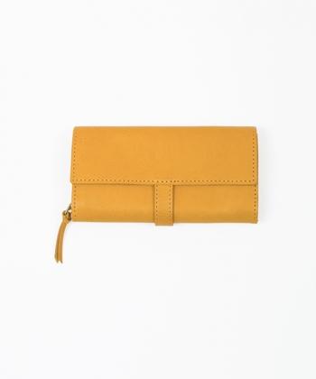 きれいな色彩で、あなたらしさを表現してみても◎  こちらは 海外の贅沢な素材と日本の職人技術が融合した、日本製ブランド「master&co(マスターアンドコー)」の長財布です。  こちらのnest Robeの別注商品では、丁寧に染められた「色」を楽しめます。イエロー、レッド、やや緑調のグレーと、3つのカラーバリエーションがあり、なかでも取り上げたいのが、イエローです。  イエローというと風水的にお金を招きよせるといわれていますが、このように落ち着いた風合いの色なら、取り入れやすいのでは*