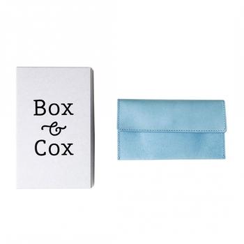 「Box & Cox(ボックスアンドコックス)」も、日本製の革小物ブランドです。長財布のラインナップから、美しい水色の一点をご紹介。