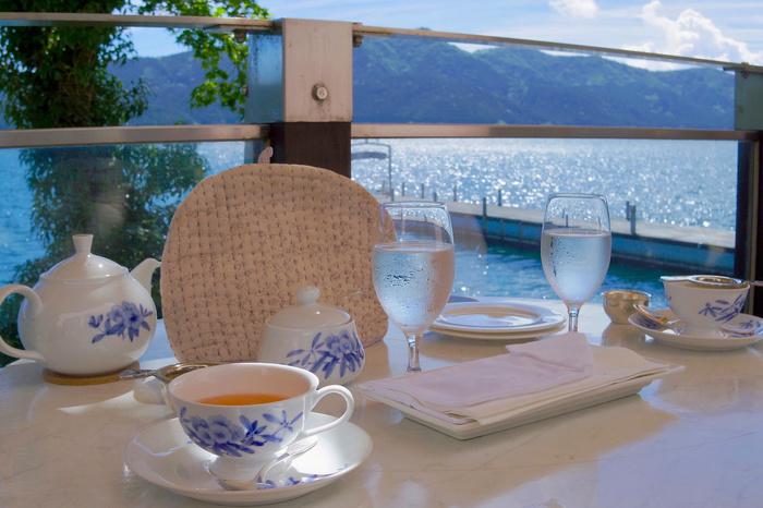 「サロン・ド・テ ロザージュ」は、芦ノ湖のふもと、「山のホテル」の別館にあります。絶好のロケーションで優雅な時間を過ごせるデザートレストランで、スイーツ好きでなくとも訪れたいお店です。元箱根港から送迎バスがあります。