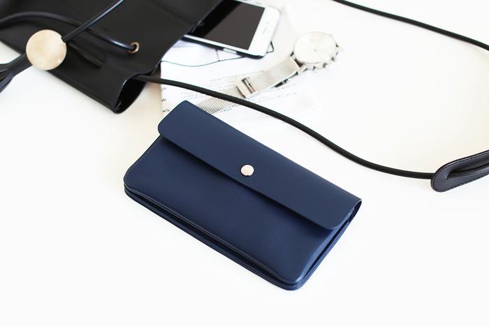 STANDARD SUPPLY(スタンダード サプライ)も、日本で縫製されるおすすめのブランドです。シンプルなデザインと美しいカラーのアイテムが多く、今回は長財布のなかでも、クールな印象の青を取り上げたいと思います。 ソフトな質感のイタリア製ナッパレザーを使用していて、見た感じでも、手に馴染みやすいのがわかりますね。