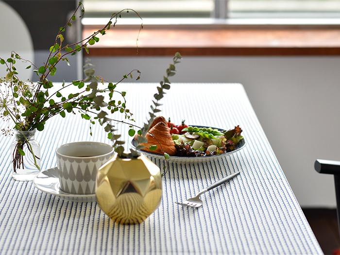 パッと空間が明るくなる北欧テキスタイルのテーブルクロスをダイニングテーブルの上に敷くだけで、いつもの料理ももっと美味しく。食卓での家族の会話も弾みます。