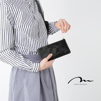 「MARINE DAY(マリンデイ)」はユウジ ハヤシ氏が手掛ける日本製ブランド。 バッグも人気ですが、今回はつるんとなめらかな表情のレザーが美しいレザーロングウォレットをご紹介します。