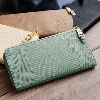 TOPKAPI(トプカピ)は、バッグを中心に、スタイリッシュな女性向けアイテムを手がけているブランドです。  こちらは、リザード調デザインの型押しが美しい長財布。まさしく大人の女性に相応しい、エレガントな品です。