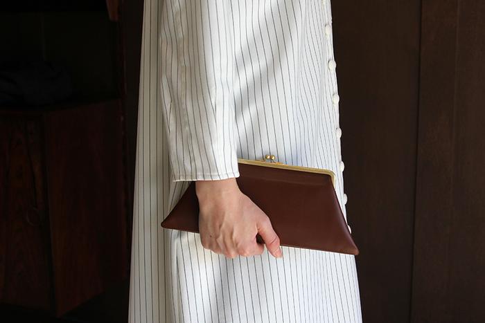 台形型で、角のとんがりがかっこいいデザインとなっているのが、こちらの「R&D.M.Co -(オールドマンズテーラー)」の長財布。クラッチバッグほど女性らしくなく、どちらかというとユニセックスな雰囲気。大人のおしゃれで活躍してくれますね。