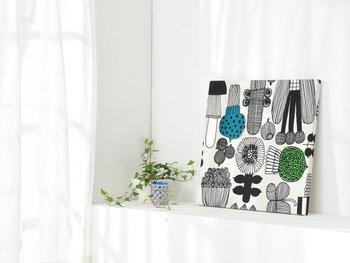 ファブリックパネルは、木製のパネルに布を貼り付けたインテリア小物です。ポスターのように壁にかけたり、チェストに立て掛けて使ったり、どんなお部屋でも手軽に取り入れられるのが魅力です。季節に合わせて変えるのも素敵ですね。