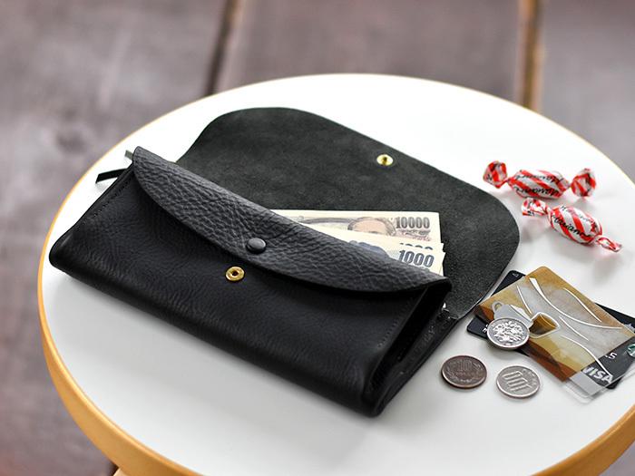 北欧雑貨のセレクトショップ「CINQ(サンク)」のロングセラーアイテムが、こちらのイタリアンレザーの長財布。この牛革は、植物性タンニンで鞣しているので、使い始めから手触りがとても柔らかく、さらに経年変化で、徐々に色艶が出てきます。  かぶせ蓋付きの仕様で、ボタンやファスナーはゴールド。上品な雰囲気ですね。
