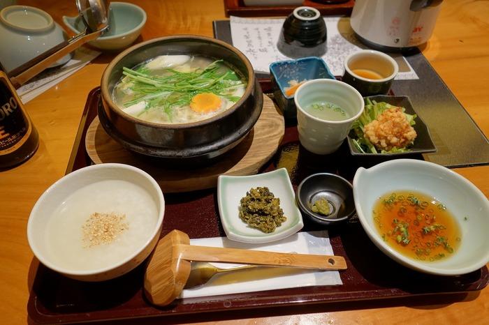 ランチは、自慢の水炊きをお得に味わえる「博多御膳」がおすすめです。うまみが詰まった濃厚なスープと、華味鳥の歯ごたえや美味しさを存分に堪能できます。前菜からデザートまで付いているので、ボリューム満点◎
