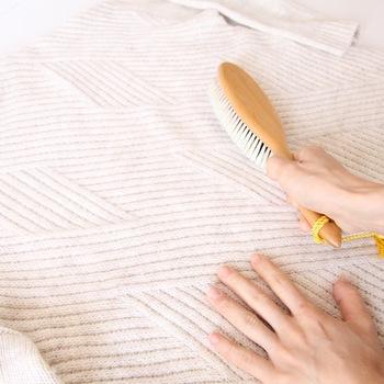 セーターをなかなか洗わないなら、どのようにお手入れすればよいのか?というと、まず第一にやりたいことはブラッシング。まず、軽く、繊維と逆方向にブラッシングして汚れを浮かせた後、今度はやさしく毛流れに沿ってブラシを当てて、埃やチリを丁寧に掻き出していきます。こうすることで、汚れの付着を防ぐことができ、いつもきれいな状態で保つことができます。