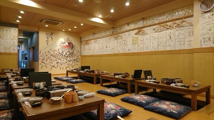 お座敷・テーブル席・個室(6名以上)があります。店内の壁には、有名人のサインがずらりと飾られていて、その人気の程がうかがえます。