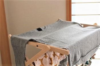 洗い終わった衣類は、洗濯機のごく弱い設定で脱水します。このとき、必ず洗濯ネットに入れている状態で、短い時間(15秒~30秒)で終えるようにします。 そして、干すときは、素材の日焼けや変色、型崩れを防ぐため、陰干し&平干しをすることが大切です。平干し用のネットやお風呂のふた(木製ではないもの)も活用できますので、臨機応変にお試しください。