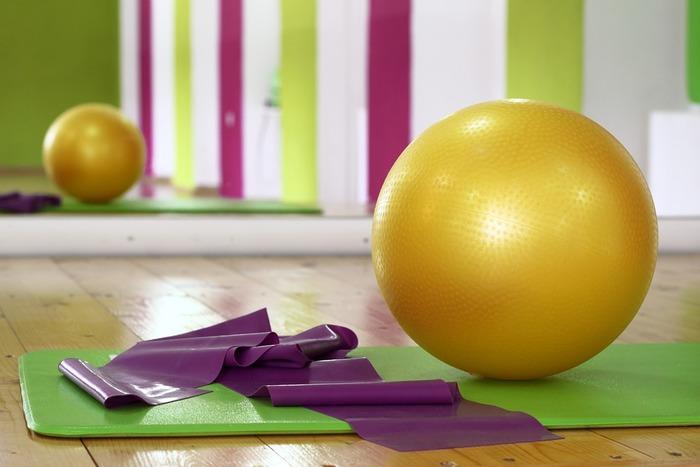 バランスボールを使ったエクササイズは、体幹を鍛えるのに効果的です。バランスボールの上に座って、腰を左右にゆっくりと揺らすだけで、ウエスト引き締めに効果的なエクササイズになります。